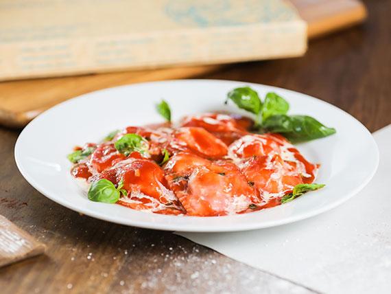 Raviolones de espinaca, tomate fresco y mozzarella