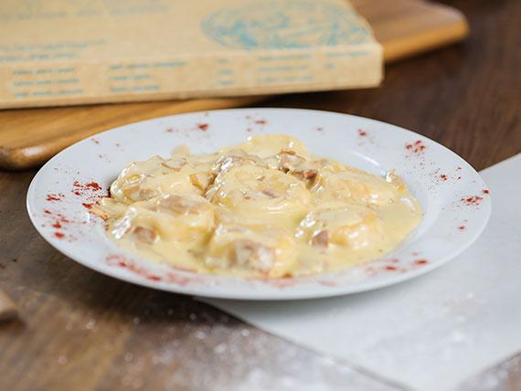 Sorrentinos de jamón, mozzarella y queso parmesano