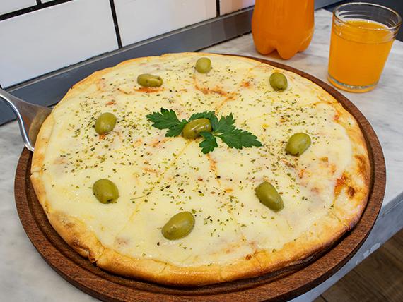 Promo - Pizza mozzarella grande + gaseosa de 1.5 L o cerveza Isenbeck 1 L