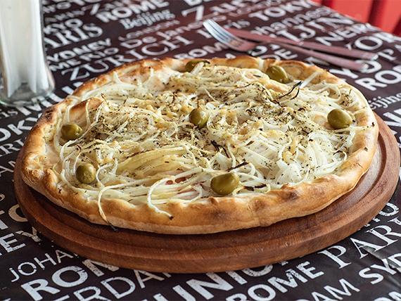Pizza fugazzeta rellena de muzzarella a la piedra