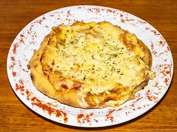 Pizzanesa de provolone con guarnición