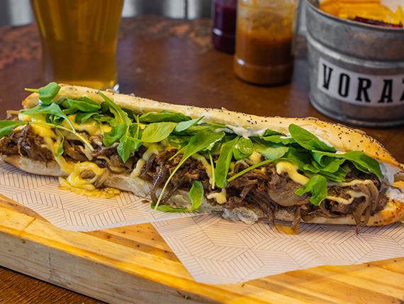 Sándwich de carne hilada
