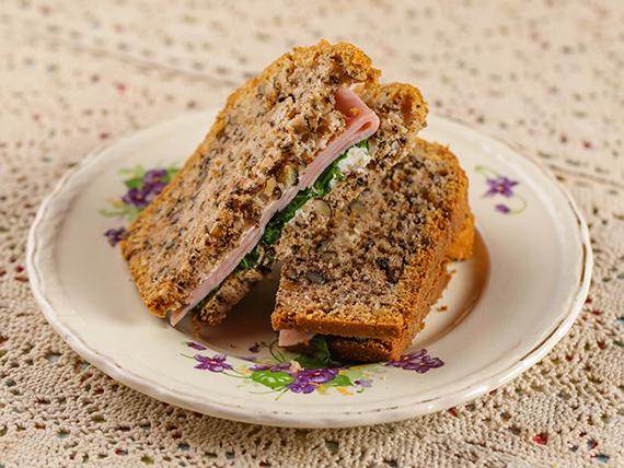 Pan de nuez con jamón, queso crema y rúcula