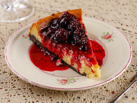 Cheesecake con base de chocolate y salsa casera de frutos rojos