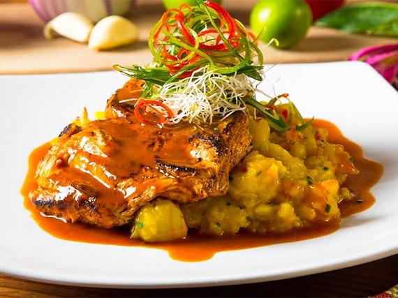 Filete de pollo anticuchado con puré rústico