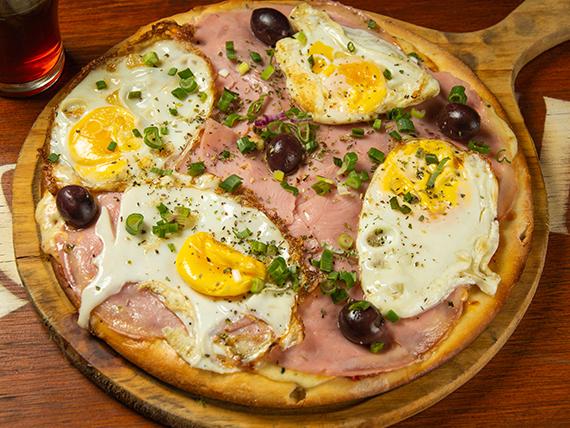 Pizza con jamón y huevo frito