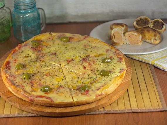 Promo 14 - Pizza con mozzarella (8 porciones) + docena de empanadas de jamón y queso (3 personas)