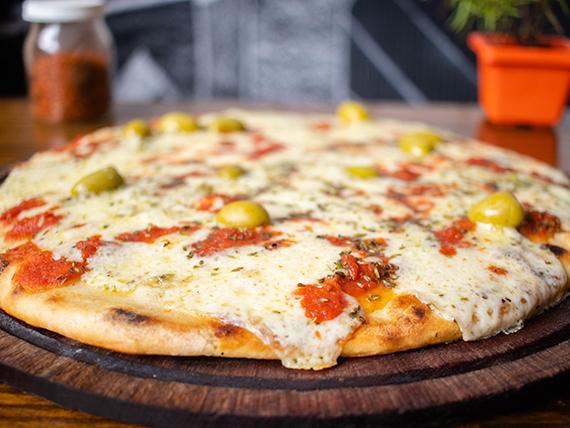 Pizza grande con masa a la piedra