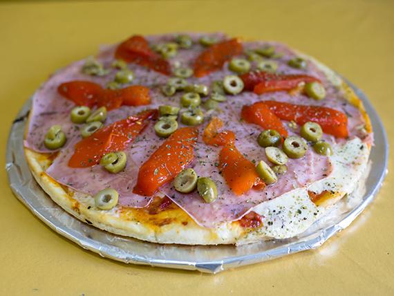Pizza muzzarella, jamón y morrón