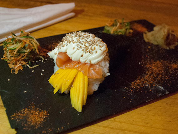 Temaki salmón, Philadélphia y mango