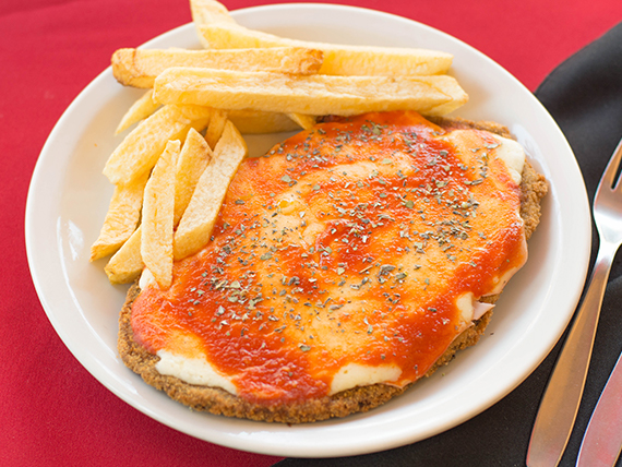 Milanesa de ternera a la napolitana con papas fritas