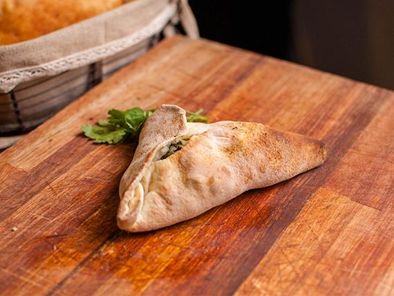 Empanada de espinaca, cebolla y muzzarella