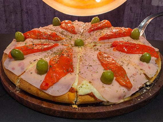 Pizza con jamón y morrones al molde