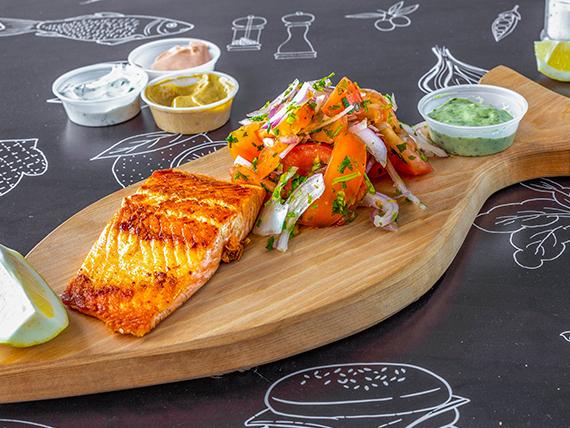 Fish & Salad - Salmón frito o a la plancha (200 g) + ensalada + 2 salsas a elección