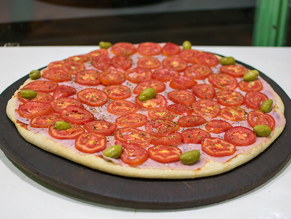 Pizza con jamón y tomate