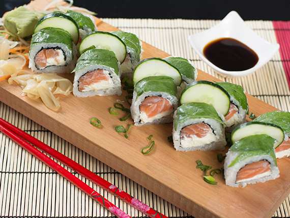 Roll de salmón y Philadelphia, cubierto de rúcula