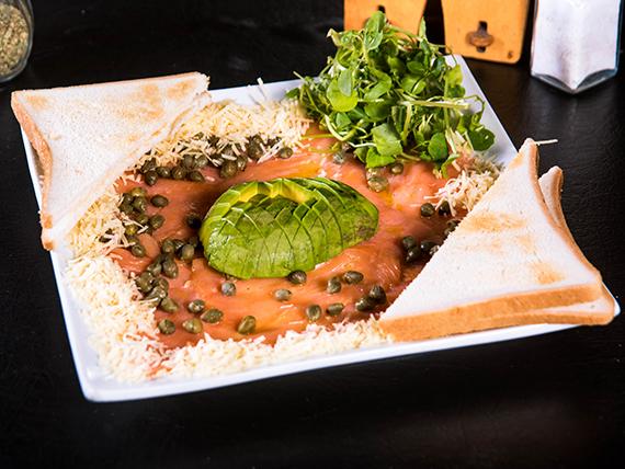 Carpaccio de salmón ahumado y palta