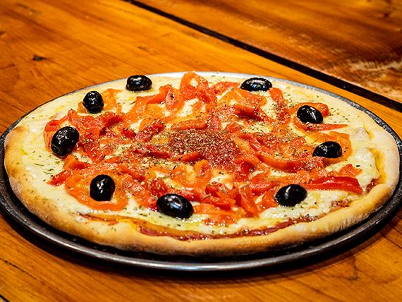 Pizza clásica con morrones y jamón cocido natural grande