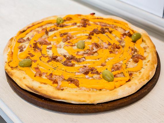 Pizza con bacon y queso cheddar