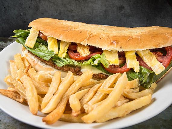 Sándwich súper Rey con papas fritas
