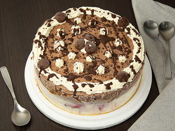 Torta helada de frutos del bosque y chocolate suizo (12 porciones)