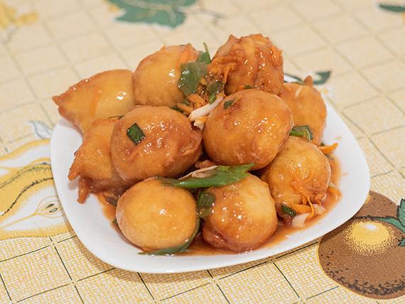 Buñuelos de pollo frito con salsa agridulce