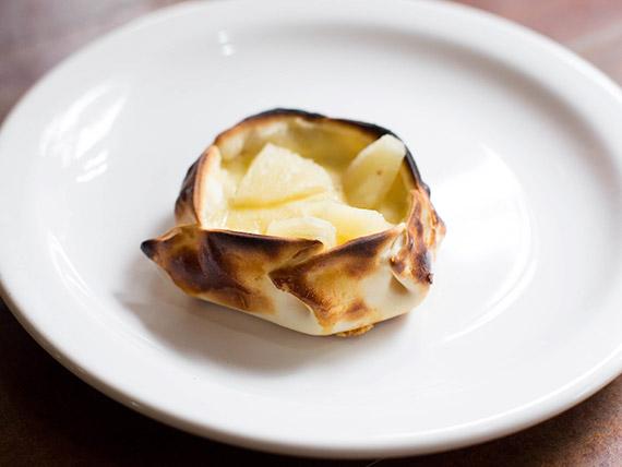 Empanada de jamón, queso y ananá