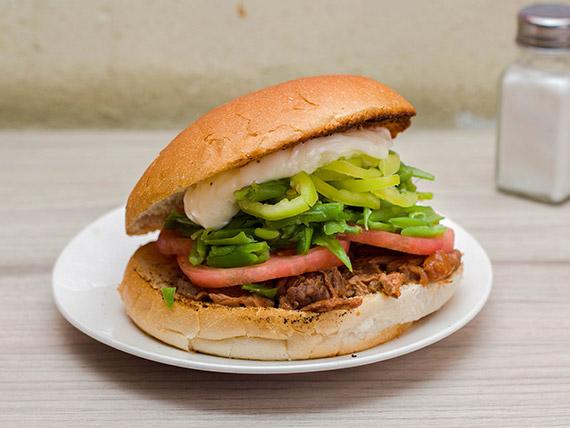 Sándwich de carne mechada chacarera