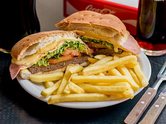 Sándwich de hamburguesa súper con jamón, queso, huevo y papas fritas