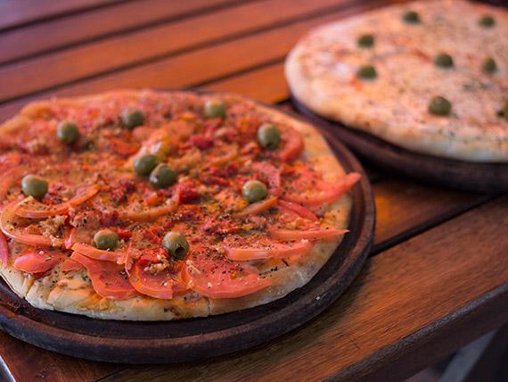 Promo - Pizza muzzarella + pizza napolitana + gaseosa Coca Cola 1.5 L