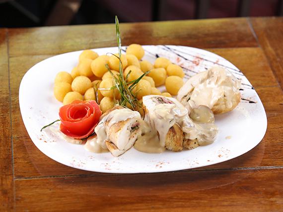 Rolls de pollo, bondiola, rúcula y parmesano