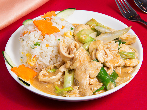 Pollo mongoliano con arroz chaufan