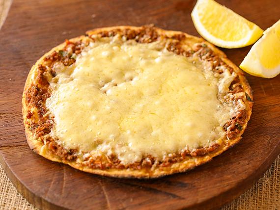 Lehmeyun clásico de carne cubierto con muzzarella