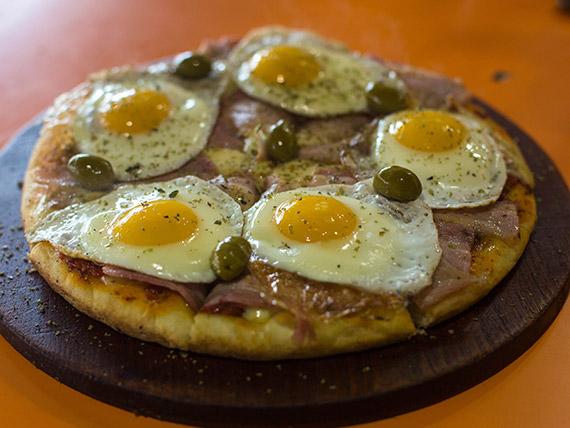 Pizza con panceta y huevo a la plancha