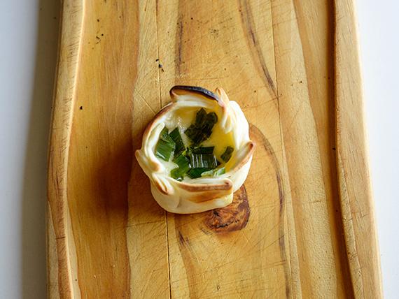 Empanada de cebolla de verdeo y muzzarella