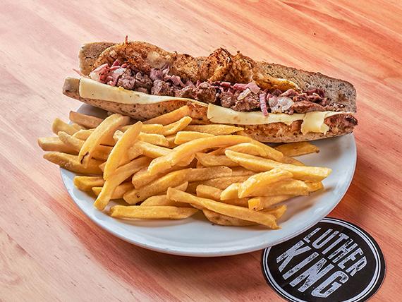 Sándwich de lomo Luther con papas fritas