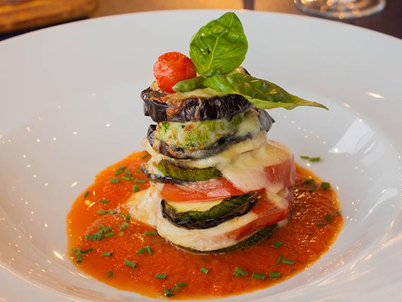 Torre de verduras con fileto y albahaca