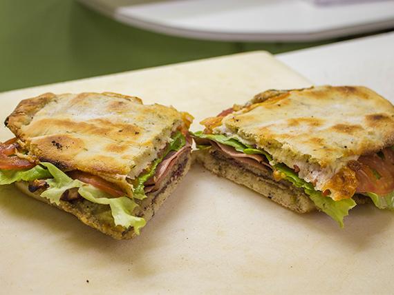 Sándwich de milanesa con jamón, queso, lechuga y tomate