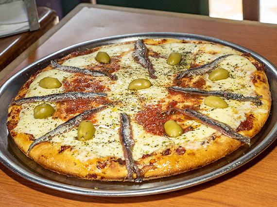 Pizza muzzarella con anchoas