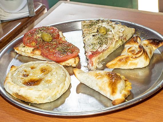 Promo 20 - Pizza napolitana (porción) + pizza fugazzeta rellena (porción) + 3 empanadas