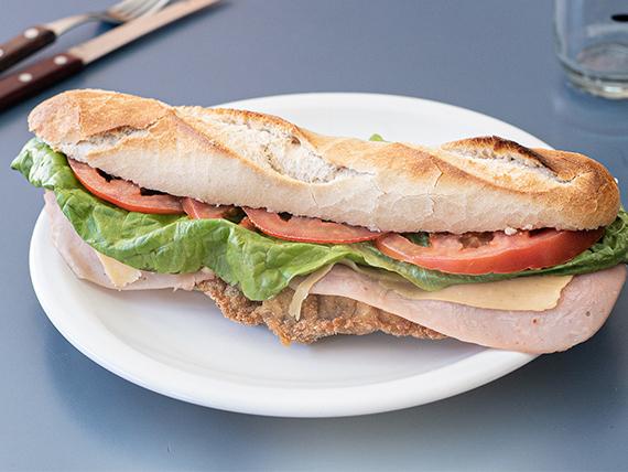 Sándwich de milanesa completo gigante