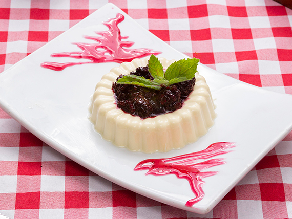 Panna cotta con frutos del bosque
