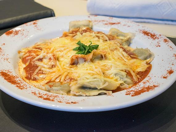 Miércoles - Ravioles de masa verde rellenos de calabaza y muzzarella con salsa a elección