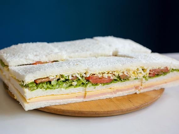 Sándwiches triples mixtos de jamón y queso (8 unidades)