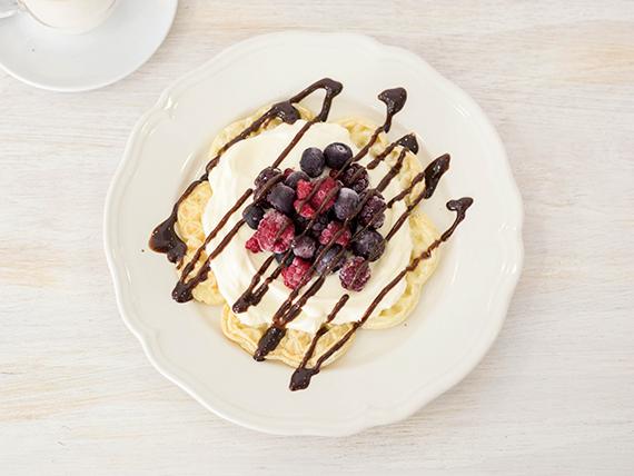 Waffle de frutos rojos, crema y chocolate
