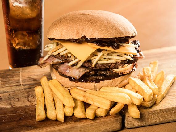 Combo - Hamburguesa bacon + papas fritas o empanaditas de queso + bebida 350 ml