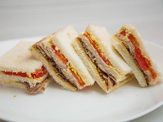 Sándwich triple de lengua