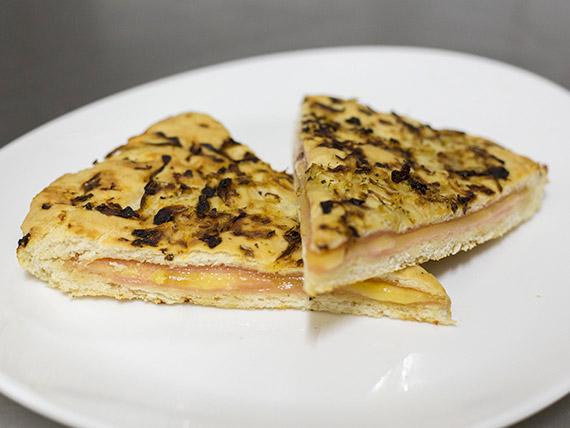 Fugazza de jamón y queso