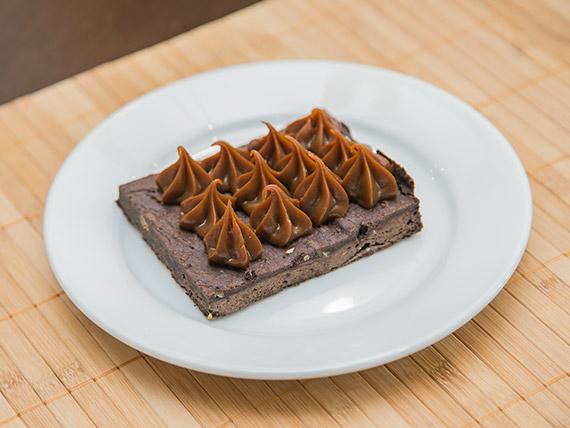 Mini brownie con nueces y azúcar impalpable