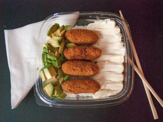 Ensalada de fingers de salmón grill rebozado con palta y queso Philaldelphia